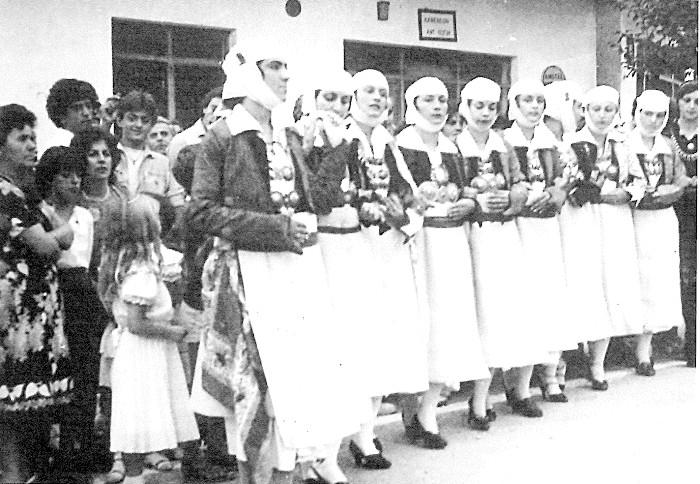 10. Οι Βησσανιώτισσες φορούν τις πωγωνήσιες φορεσιές με τις ομπόλιες, τα σαγιάκια και τους ντουλαμάδες που δίνουν σ' αυτές σοβαρότητα