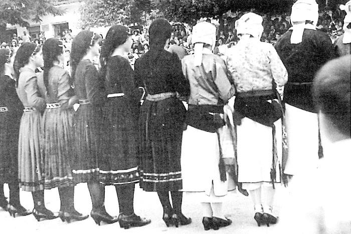 12. Λεπτομέρειες των παραδοσιακών φορεσιών που δείχνουν τη διαφορά των δύο λαϊκών πολιτισμών