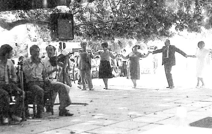 7. Στο χορό απαραίτητες είναι οι «φιγούρες» του πρωτοχορεντή, που κρατιέται από τον επόμενο με μαντίλι