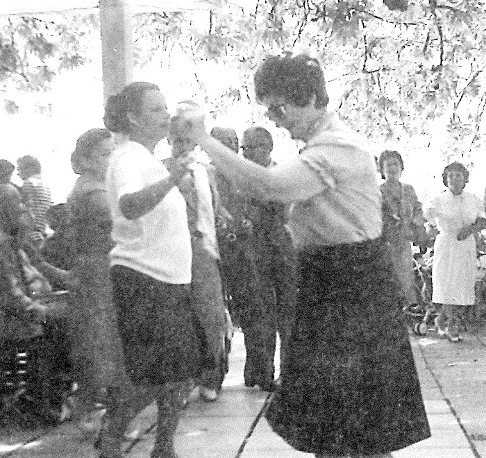 8. Στην κορυφή του χορού μπαίνουν και γυναίκες που επιδεικνύουν τη χορευτική δεξιοτεχνία τους