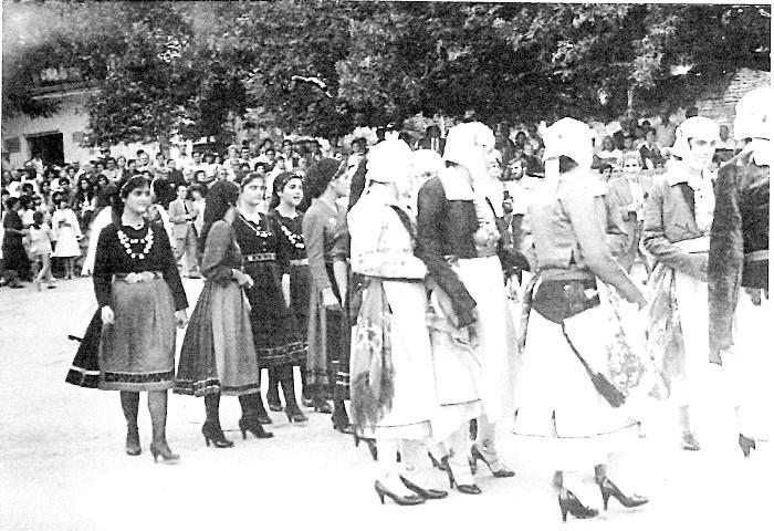 9. Οι δύο χορευτικές ομάδες των κοριτσιών έρχονται στο χοροστάσι για τον επίσημο χορό