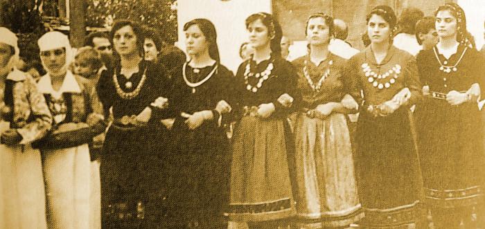 Οι Αρβανιτόβλαχες είναι ντυμένες πιο ανάλαφρα. Στις φορεσιές τους επικρατούν το βελούδο και το κέντημα με ψιλές πολύχρωμες χάντρες και μετάξι