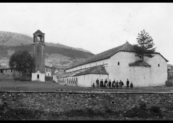 Φωτογραφία εποχής. Το δημοτικό σχολείο βρισκόταν απέναντι από την εκκλησία (από το προσωπικό αρχείο του Νίκου Σιούμκα)